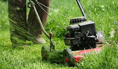 Fűnyírás és kerti öntözőrendszer